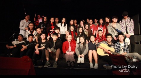 The full cast and crew poses for a picture at the end of the show.