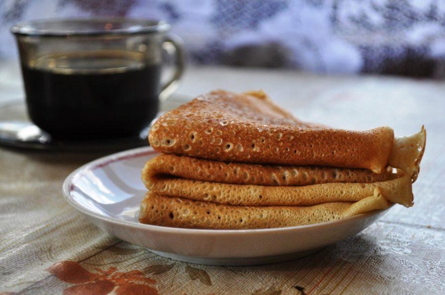 Blini on a plate. It shows how well-made pancakes should look like. Photo via Larisa Koshkina under the public domain